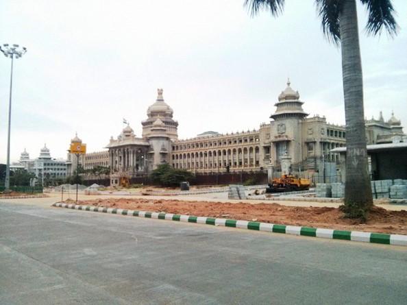 Vidhana Soudha with Entrance - photo copyright Shreyas91-Flickr - view large