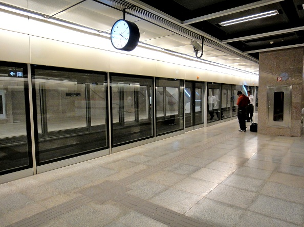 Platform Screen Doors on Airport Express Line - photo: newkem, used under Creative Commons License (By 2.0)