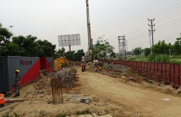 Piling work in Gr. Noida - photo: Ten News, used under Creative Commons License (By 2.0)