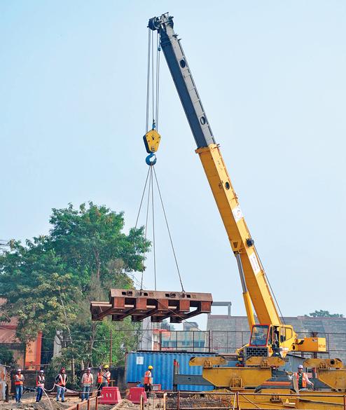 Cradle being lowered into the Howrah Maidan metro station shaft - Photo Copyright: Telegraph India